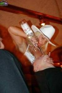 Cowgirl schenkt ein