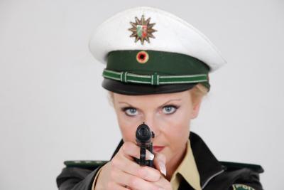 Strip Polizistin zielt mit Waffe