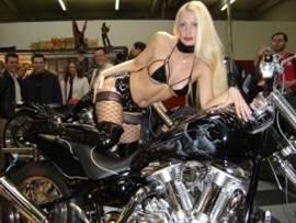 Messehostess auf Bike
