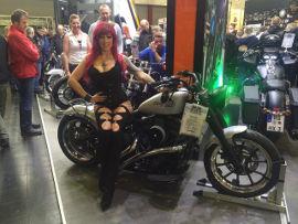 Messehostess auf Motorrad