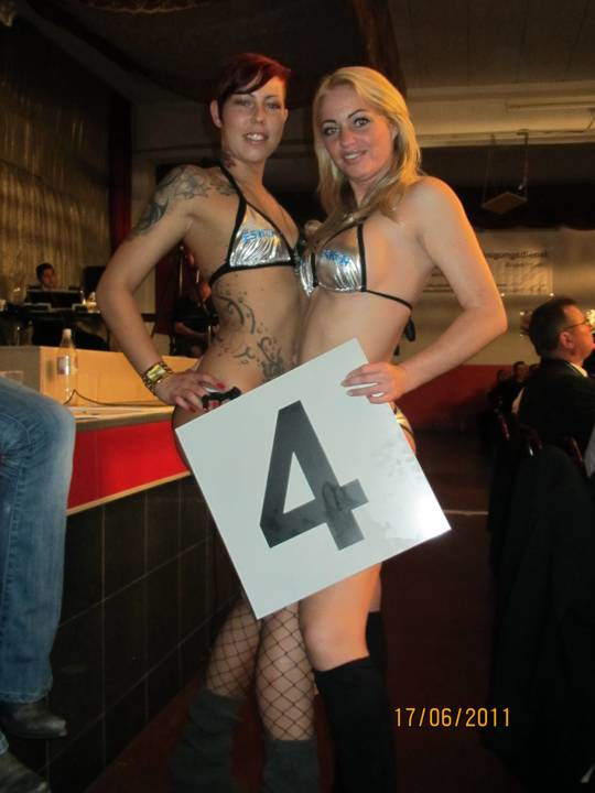 zwei Nummerngirls in Bikini